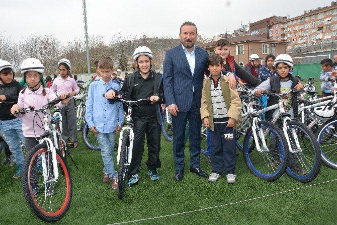 İzmit'te 705 Öğrenciye Ücretsiz Bisiklet Hediye Edildi