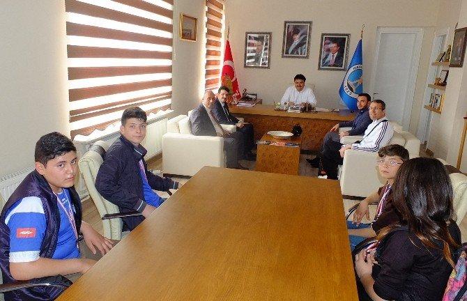 Kazandıkları Madalyalarını Başkan Emin Ersoy'a Getirdiler