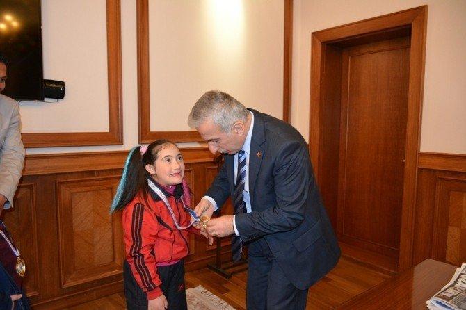 Vali Kamçı, Şampiyonları Kutladı
