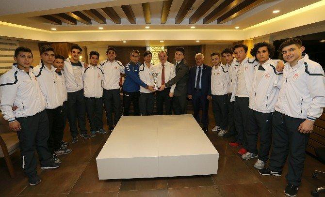 Başkan Gürlesin'den Türkiye Şampiyonu Takıma Ödül