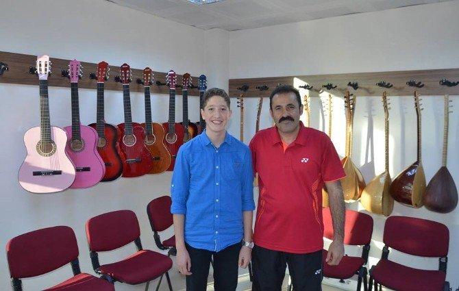 Suriyeli Hazem Hem Türkçe Öğrendi Hem Şarkı Söylemeye Başladı