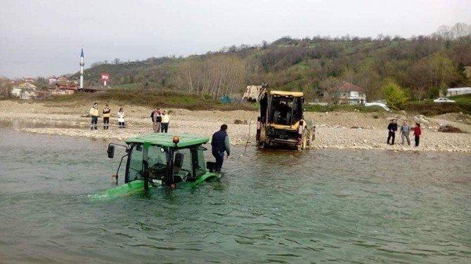 Sulara Gömülen Traktör Böyle Kurtarıldı