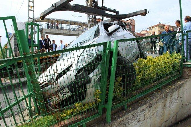 Otobüsle Çarpışan Otomobil Korkuluklara Girdi: 3 Yaralı