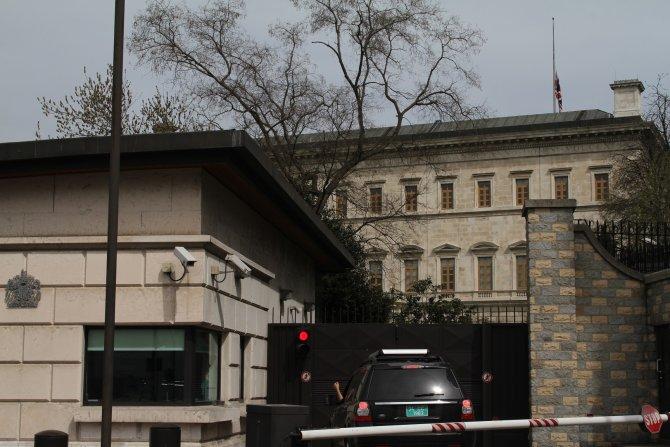 Konsolosluk binalarında bayraklar yarıya indirildi