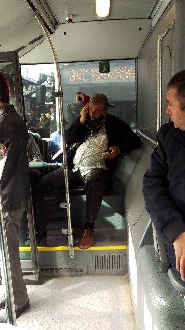 Metrobüste Papağanlı Yolculuk