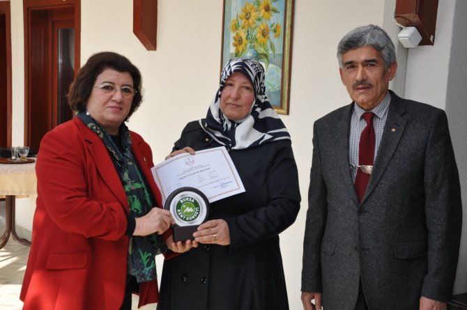 Kadın kursiyerlerin sertifika heyecanı