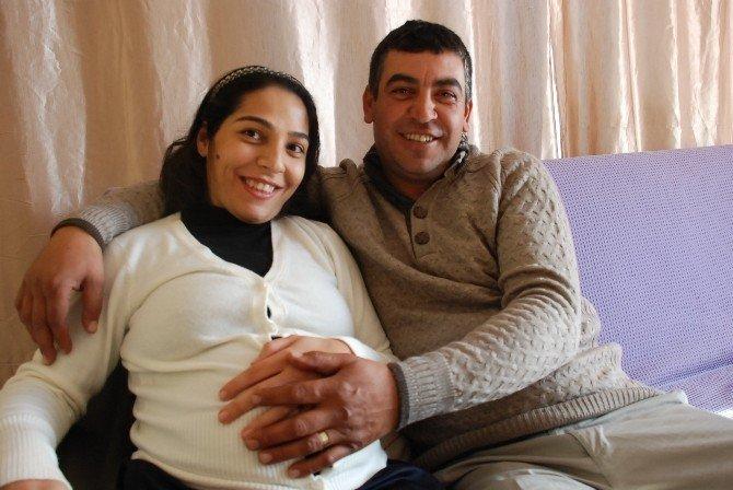 Bedensel Engelli Zehra, Ayşe Bebeğini Kucağına Aldı