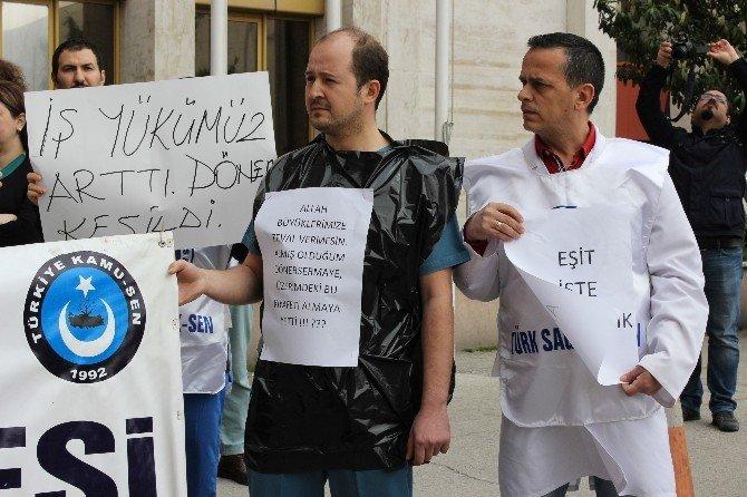 Sağlık Çalışanlarından Çöp Poşetli Protesto