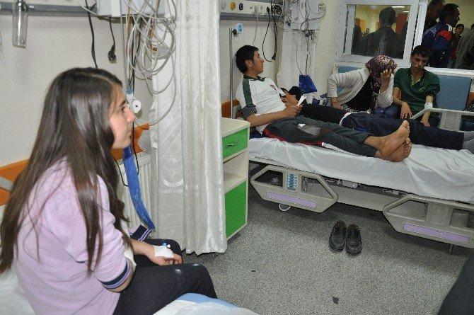 Öğrenci Servisi Otomobile Çarptı:15 Yaralı