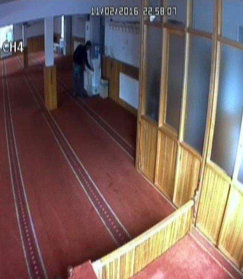 Camide Hırsızlık Yaptılar