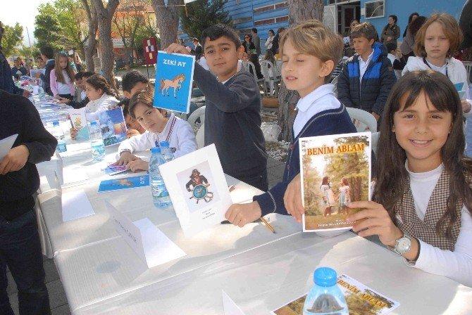 Minik Yazarlar Eserlerini İmzalayıp Sattı