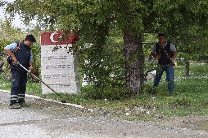 Yunusemre Belediyesi Şehitlik Anıtı'na Sahip Çıktı