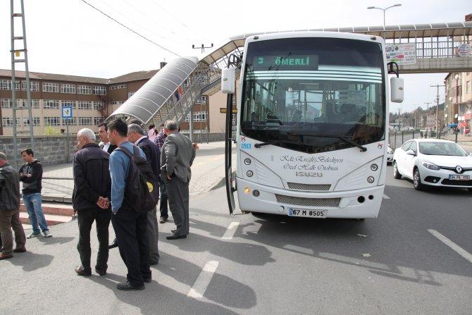 Soldan sağa kırdı, otobüsle çarpışıp öğrencilerin arasına daldı