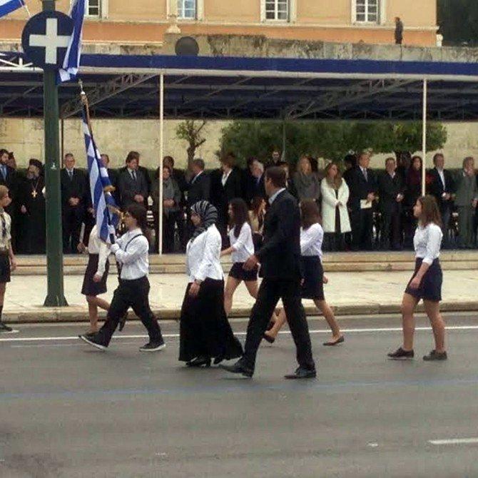 Osmanlı'ya Ayaklanmanın Yıldönümünde, Yunanistan'da Başörtülü Öğrenci Yürütüldü