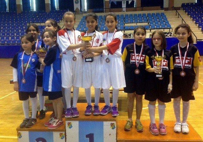 Şampiyon Tenisçiler Kupalarını Başkan Ozan'a Takdim Etti
