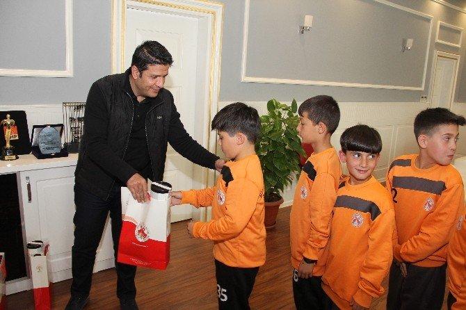 Minik Futbolcular Nürnberg Turnuvası Öncesi Başkan Genç'i Ziyaret Etti