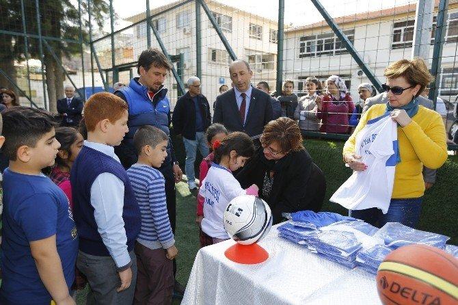 Konak'ta Minik Sporcuların Forma Sevinci