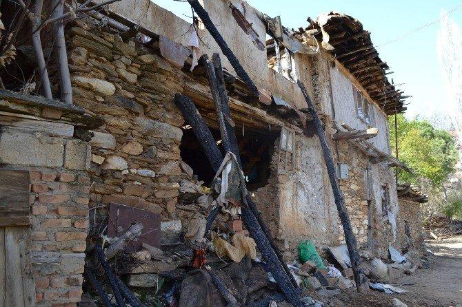 Aydın Büyükşehir Karacasu'da Evi Yanan Aileye Yardım Elini Uzattı