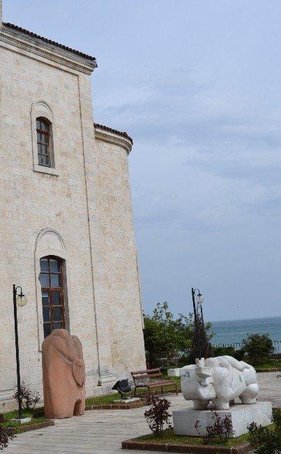 Heykeller Kilise Bahçesinde