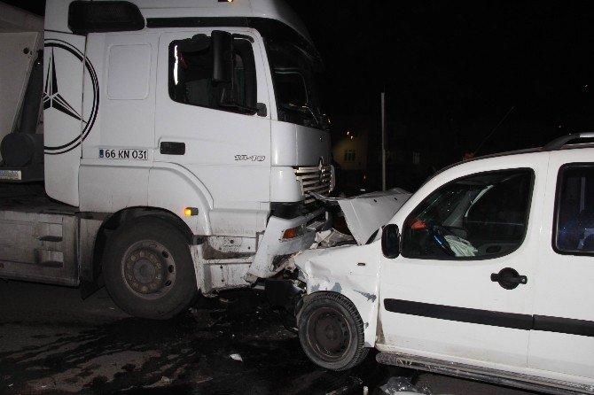 Polisin İkazına Rağmen Ters Yolda Giden Kamyonet Tır İle Çarpıştı: 1 Yaralı