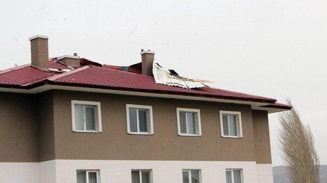 Şiddetli Rüzgar Çatıları Yerinden Söktü