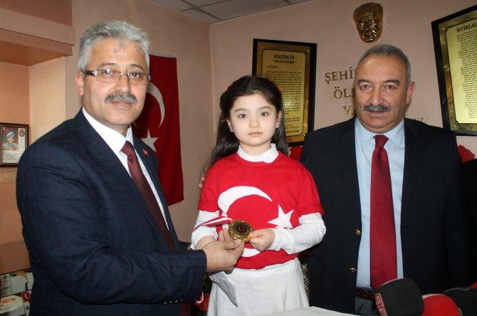 Minik öğrenci, kazandığı madalyasını şehit ailelerine hediye etti