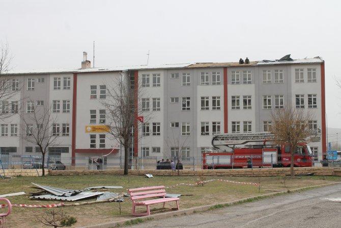 Şiddetli lodos okulun çatısını uçurdu