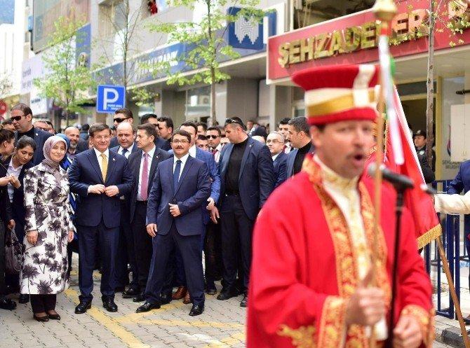 Başbakan Davutoğlu Şehzadeler'i Ziyaret Etti