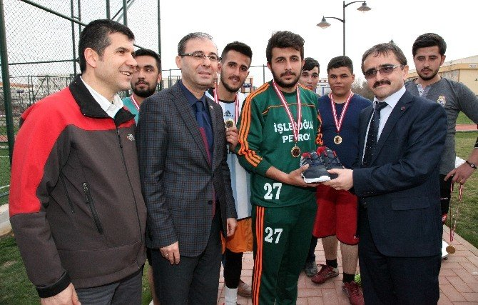 Sosyal Bilimler Düzenlediği Futbol Turnuvasında İşletme Yönetimi 1. Sınıf Şampiyon Oldu