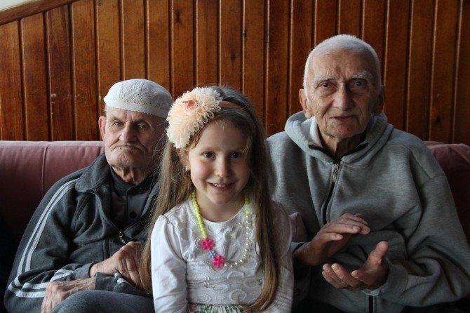 Minikler 'Yaşlılara Saygı Haftası' Kapsamında Huzurevlerini Ziyaret Etti