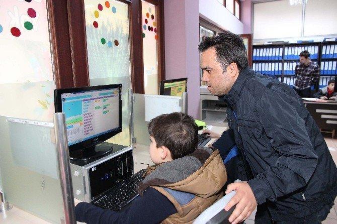 Bilgievi Öğrencileri Bilgisayar Programlama Dili Öğreniyor