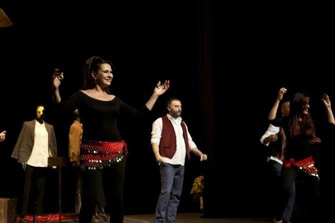Maltepe'de Tiyatro Coşkusu Devam Ediyor