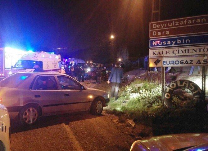 Otomobil İle Minibüs Çarpıştı: 20 Yaralı