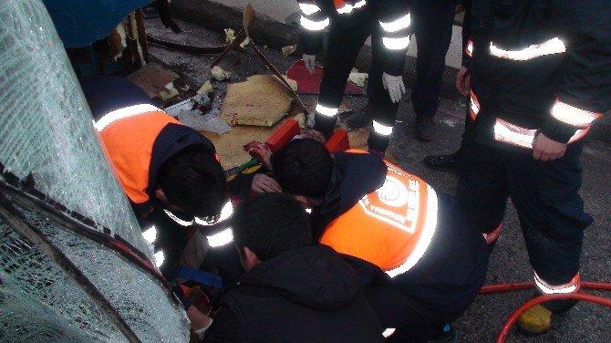 İstanbul'da Devrilen Kamyonet İki Otomobile Çarptı: 5 Yaralı