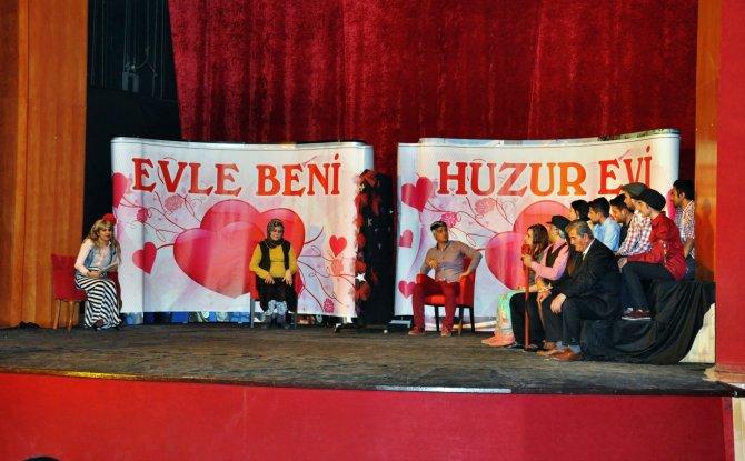 Yaşlılar, öğrenciler ile tiyatro gösterisinde rol aldı