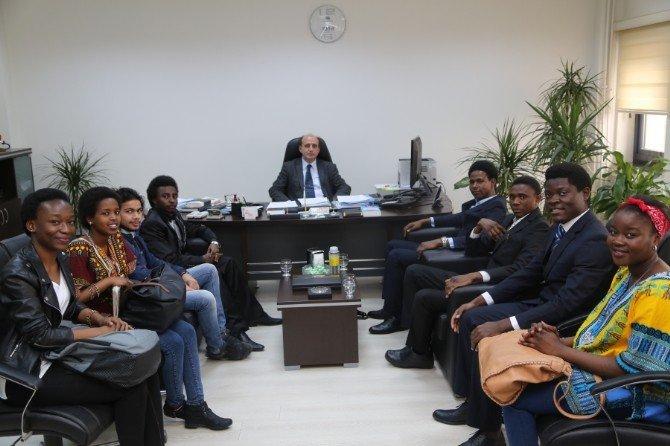 Öğrenciler, Rektör Güven İle Rektör Yardımcısı Apalak'ı Ziyaret Etti