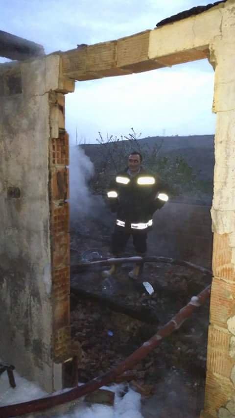 Eve düşen yıldırım çatıyı yaktı