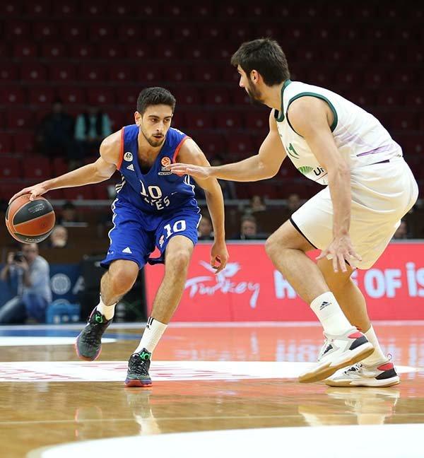Euroleague Top 16'da Anadolu Efes, Unicaja Malaga'yı farklı yendi