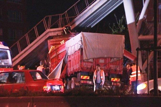 Üst geçide çarpan kamyon alev aldı: 1 ölü