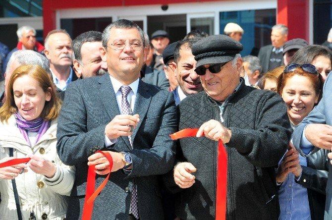 Başbakan Davutoğlu'nun Dün Manisa'da Açılışını Yaptığı Muradiye Spor Kompleksi Bugün De CHP'liler Tarafından Açıldı