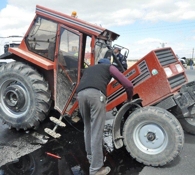 Otomobil İle Traktör Çarpıştı: 3 Yaralı