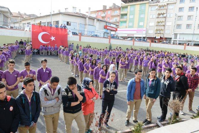Bin öğrenci ve öğretmen bedenleriyle 'Şehitler Ölmez' koreografisi oluşturdu