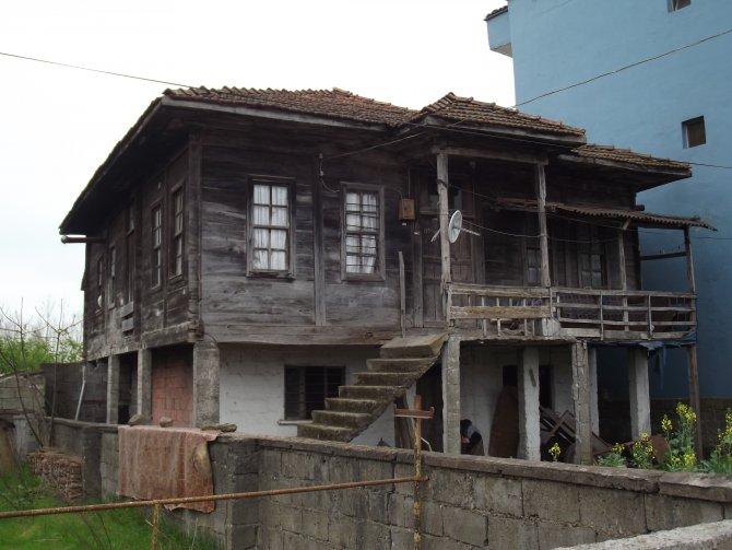 Ahşap evler, betonarme binaların içinde zamana meydan okuyor