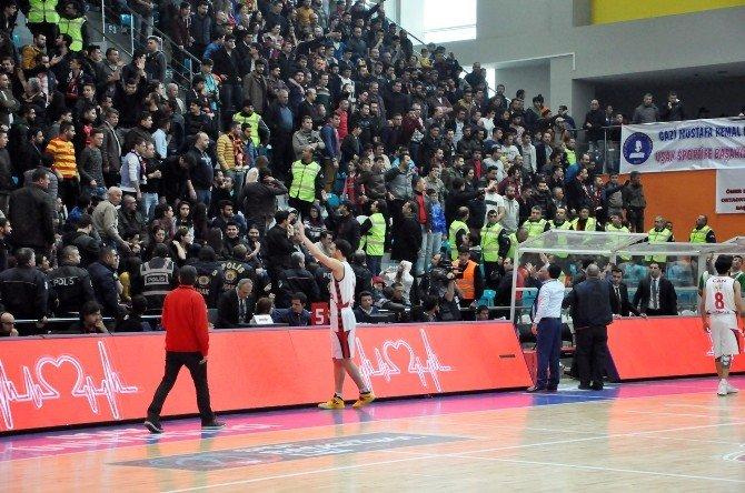 Uşak Sportif - Pınar Karşıyaka Maçında Olaylar Çıktı