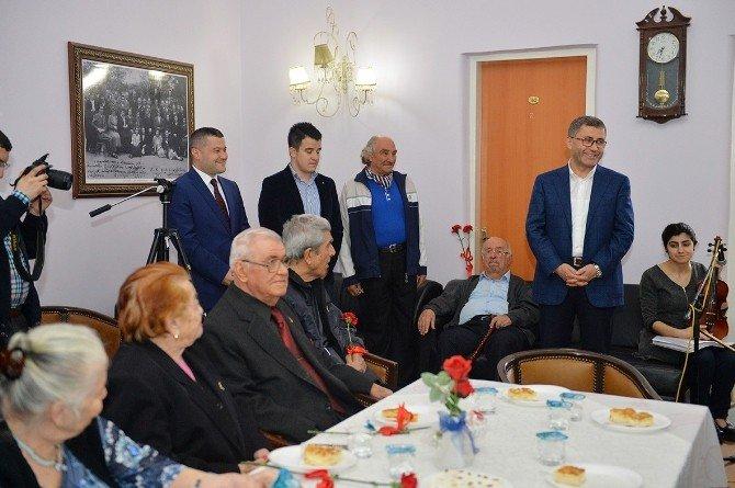 Üsküdar Belediye Başkanı Türkmen, Huzur Evi Sakinleriyle Birlikte Şarkı Söyledi