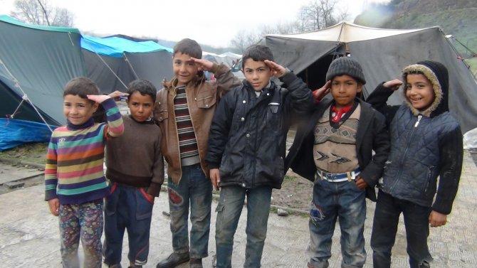 Mevsimlik işçiler, kurdukları çadırda hayata tutunmaya çalışıyor