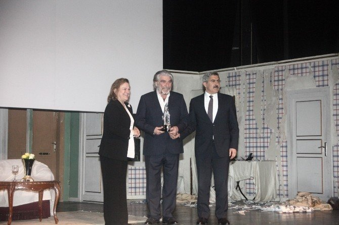 Sakıp Sabancı Yaşam Boyu Başarı Ödülü Usta Tiyatrocu Özyağcılar'a Verildi