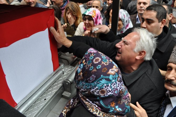 DAEŞ'in şehit ettiği Üsteğmen Cazgır'ı babası asker selamıyla uğurladı