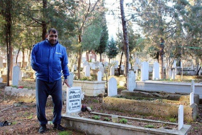 Çocukluğundan Beri Mezarlıkta Yaşıyor