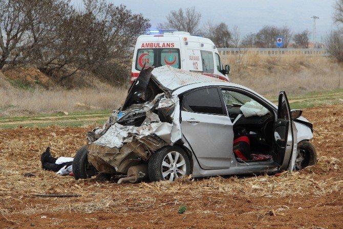 Otomobil Tarlaya Uçtu: 1 Ölü, 2 Yaralı